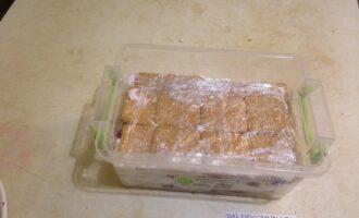 Шаг 6: Последний слой печенья кремом не покрывайте. Накройте торт свободными краями пленки и поставьте в холодильник на 3-4 часа.