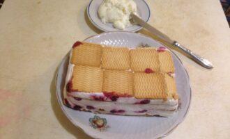 Шаг 7: Достаньте торт из холодильника и выложите на блюдо, перевернув форму. Снимите пленку.