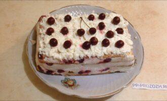 Шаг 8: Выложите сверху отложенный заранее крем и украсьте торт по своему вкусу.