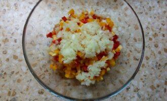 Шаг 4: Почистите лук и мелко порежьте, уберите плодоножку у перца и тоже порежьте небольшими кусочками
