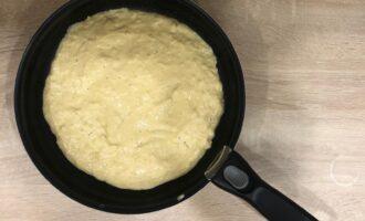 Шаг 6: Вылейте тесто на сковороду.