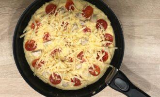 Шаг 7: Выложите на тесто помидоры, куриное филе и посыпьте оставшимся тертым сыром.  Накрываете крышкой и готовите на медленном огне 5-7 минут.