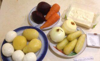 Шаг 1: Приготовьте все продукты по списку ингредиентов. Сразу почистите овощи, огурцы и яйца.