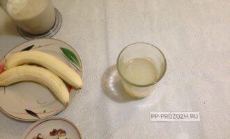 Шаг 2: Высыпьте желатин в воду (кипяченую), размешайте и отставьте для набухания.