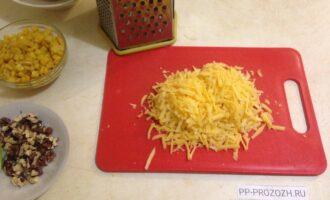 Шаг 3: Сыр натрите на крупной терке.
