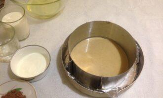 Шаг 3: В форму, застеленную фольгой, смазанной маслом, вылейте тесто. Выпекайте 10-15 минут при температуре 180 градусов. Чтобы ограничить размер коржа, можно использовать разъемное кольцо.