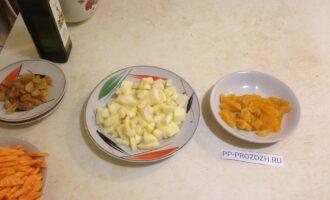 Шаг 4: Яблоко очистите от кожуры и сердцевины, порежьте кубиками. Курагу порежьте произвольно.