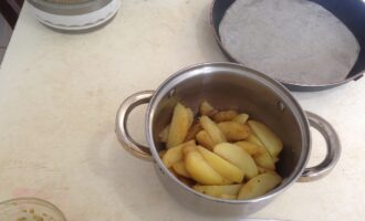 Шаг 5: Слейте с картофеля воду и вылейте на нее маринад. Слегка перемешайте, стараясь сохранить дольки целыми.