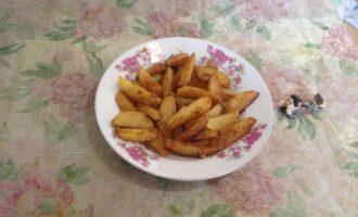 Шаг 7: Готовый картофель выложите на тарелку. Есть его лучше теплым.