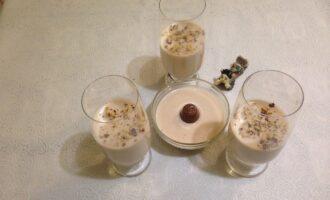 Шаг 7: Достаньте желе из холодильника, посыпьте сверху орехами.  Десерт готов.