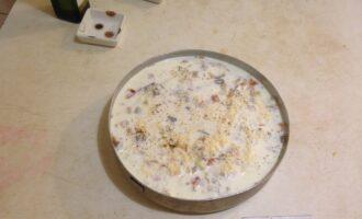 Шаг 9: Залейте все сметанно-сырным соусом и поставьте в духовку, разогретую до 200 градусов на 15-20 минут до зарумянивания верха.