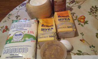 Шаг 1: Возьмите муку рисовую, гречневую, яйцо, мед, молоко 2,5%, соль.
