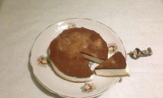 Шаг 10: Выньте торт из кольца, снимите пленку и фольгу и уложите на блюдо. Торт-суфле готов.