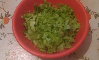 Шаг 2: Листовой салат промойте и нарежьте.