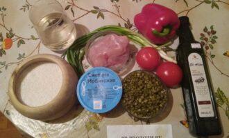 Шаг 1: Возьмите куриную грудку, маш, перец, помидоры, сметану 15 %, оливковое масло, соль и воду.
