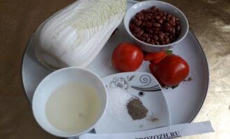 Шаг 1: Подготовьте все компоненты салата: пекинскую капусту, помидоры, фасоль, растительное масло, соль, перец.