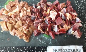 Шаг 2: Порежьте подготовленное мясо на мелкие кусочки.