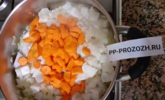 Шаг 6: Добавьте кальмар и морковь, протушите 2-3 минуты.