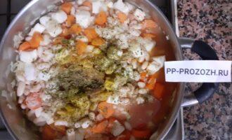 Шаг 8: Посолите и добавьте специи по вкусу.  Доведите до кипения, затем на маленьком огне оставьте тушить блюдо  ещё на 15-20 минут.