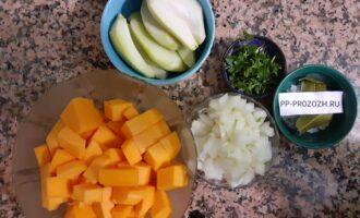 Шаг 3: Помойте, очистите и порежьте овощи.