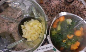 Шаг 7: Отварные овощи измельчите  блендером и поместите в кастрюлю. Добавьте консервированный нут в суп, доведите до кипения и проварите  еще 3 минуты.