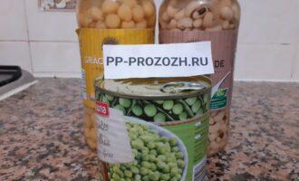 Шаг 2: Выберите бобовые по вкусу.  В рецепте используется консервированный нут.