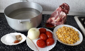 Шаг 1: Перед началом приготовления супа-пюре сварите бульон из говядины на косточке в течение 2 часов. Бульона вам потребуется 2 литра. Подготовьте ингредиенты для супа: говяжий бульон, горох, лук, соленые помидоры, соль и специи.