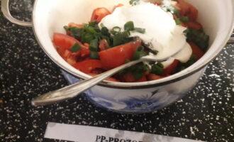 Шаг 5: Все овощи положите в салатник или глубокую посуду, добавьте соль и перец. Заправьте сливками и перемешайте.