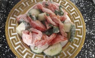 Салат из помидор и огурцов с зеленым луком и домашними сливками