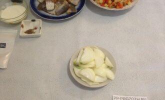 Шаг 3: Нарежьте лук полукольцами.