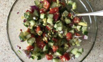 Шаг 7: Перемешайте овощи с пюре из авокадо до однородности.