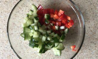 Шаг 3: Нарежьте перец и огурец мелкими кубиками.