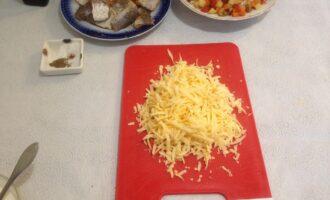 Шаг 5: Сыр натрите на крупной терке.