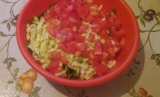 Шаг 6: Теперь возьмите помидорки и порежьте на небольшие кусочки.