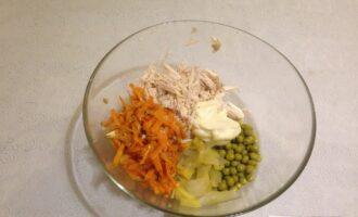 Шаг 6: В подходящую емкость выложите все ингредиенты: мясо, тушеные овощи, зеленый горошек, огурцы и майонез. Все аккуратно перемешайте. Если понадобится, подсолите.