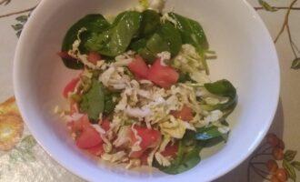 Шпинатный салат с помидорами