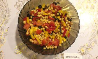 Шаг 7: В салатнике соедините все овощи, полейте соком лимона и оливковым маслом, добавьте соль и перец по вкусу. Хорошо перемешайте.