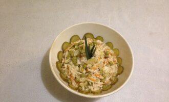 Шаг 7: Выложите салат в салатницу и подайте к столу.