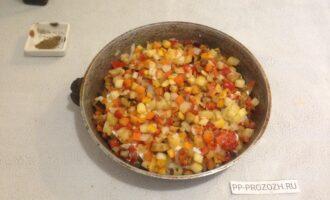 Шаг 7: Поверх выложите овощи, посолите, поперчите. Поставьте в духовку, разогретую до 180 градусов. Время запекания зависит от вида овощей, но ориентируйтесь на 30-40 минут. Проверяйте готовность овощей.