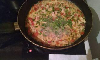 Шаг 7: В конце, перед тем как снимите с плиты, добавьте зеленый лук.