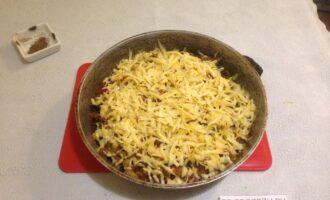 Шаг 8: За 15 минут до полной готовности достаньте запеканку, посыпьте сыром и снова поставьте в духовку.