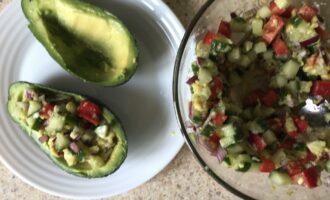 Шаг 8: Заполните лодочки из авокадо полученной овощной смесью.