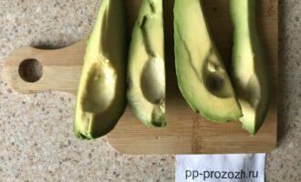 Шаг 2: Авокадо очистите от кожуры, выньте косточку. Порежьте на несколько кусков.
