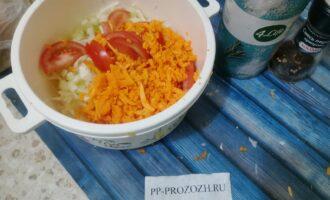 Шаг 3: Добавьте помидор и натертую тыкву.
