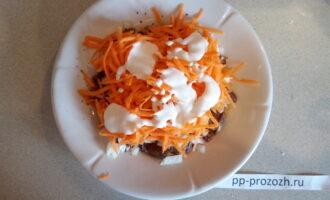 Шаг 4: На терке натрите морковь и добавьте немного сметаны.