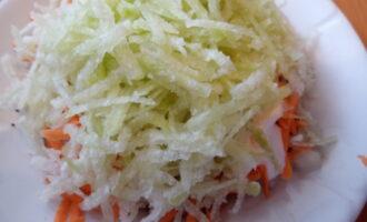 Куриные сердечки под шубой из редьки и моркови