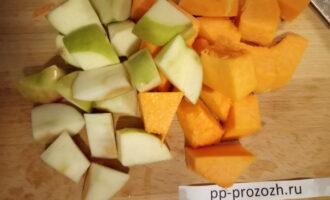 Шаг 2: Тыкву очистите и вместе с яблоком нарежьте произвольными кусочками.