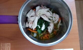 Шаг 3: Сложите в сотейник пассеровку, куриное филе, шпинат. Налейте стакан воды и поставьте на огонь. Доведите до кипения.