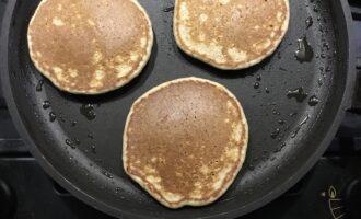 Шаг 6: Обжарьте с двух сторон в течении 2-3 минут на сковороде смазанной кокосовым маслом.
