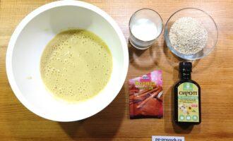 Шаг 2: С помощью вилки или блендера пюрируйте бананы вместе с яйцами.